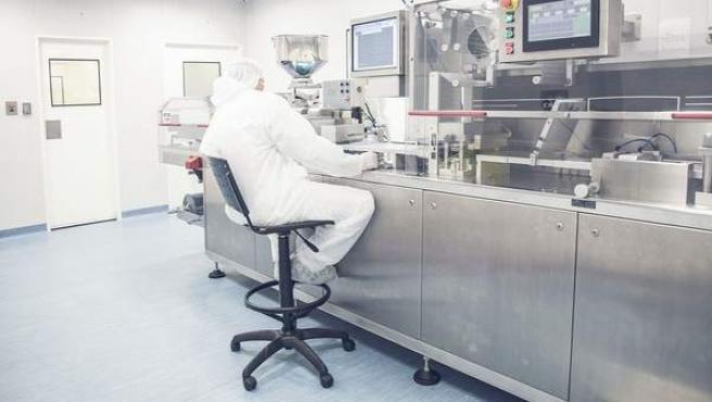 Un hombre trabajando en un laboratorio químico.