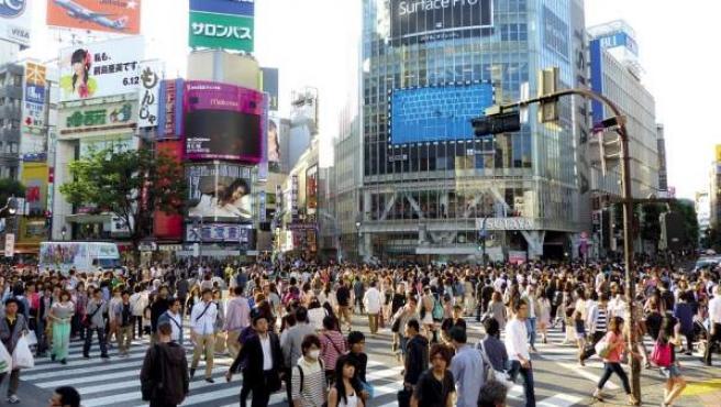 Decenas de japoneses abarrotan una zona comercial de Tokio.
