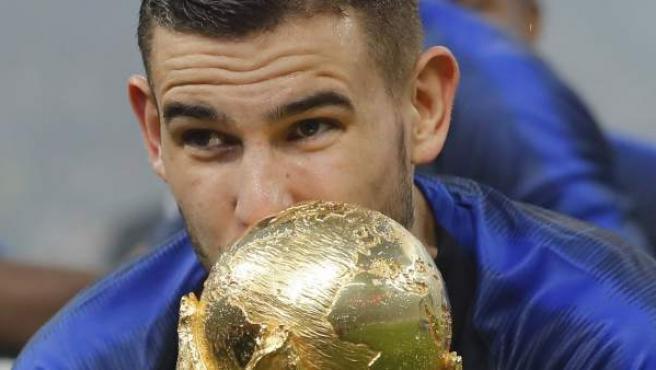 Lucas Hernández besa el trofeo conquistado por Francia en el Mundial de Rusia 2018.