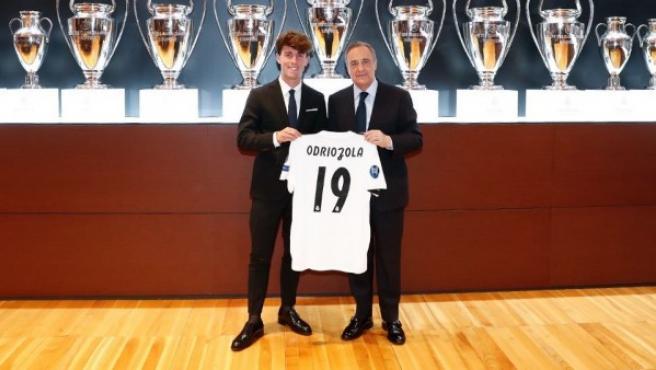 Odriozola junto a Florentino Pérez en su presentación como nuevo jugador del Madrid.