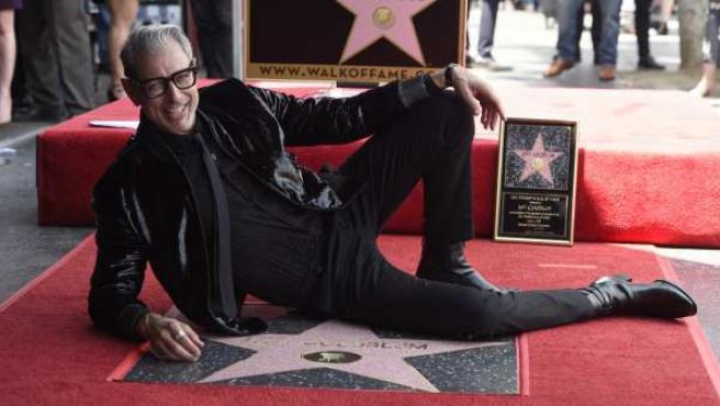 El actor Jeff Goldblum posa con su estrella en el Paseo de la Fama de Hollywood.