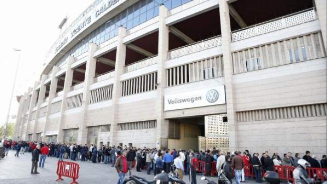 Aficionados del Atlético de Madrid hacen cola en el Vicente Calderón.