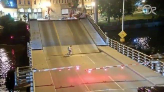 Una mujer queda metida en el hueco de un puente elevado en Wisconsin.