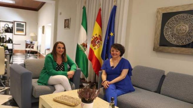 Esther Ruiz (izda.) y Rafaela Valenzuela, durante el encuentro mantenido