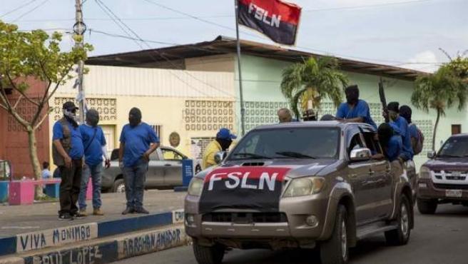 """Enmascarados vigilan las calles en la ciudad de Masaya (Nicaragua), bastión opositor tomado por el Gobierno en una ofensiva ejecutada por las llamadas """"fuerzas combinadas"""", integradas por policías, antimotines, parapoliciales y paramilitares."""