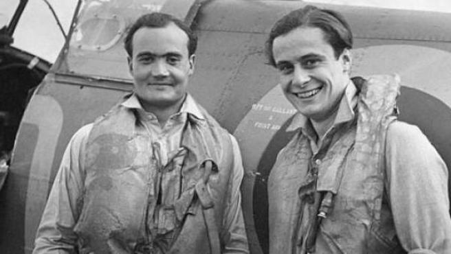 Geoffrey Wellum (a la derecha) y Brian Kingcome, pilotos de la RAF, en 1941.