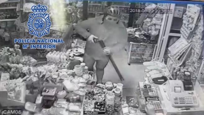 Ha sido detenido gracias a las grabaciones de las cámaras de seguridad de las dos tiendas de alimentación.