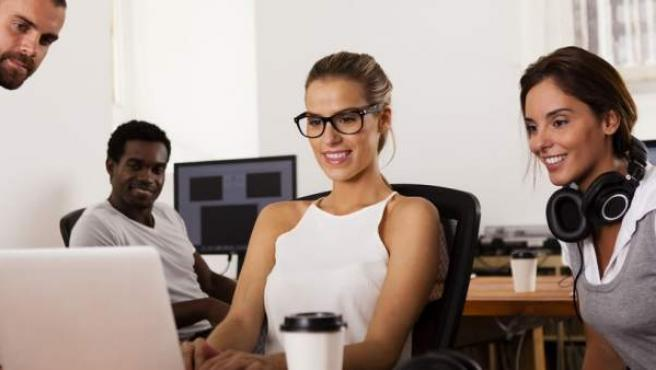 Unos jóvenes emprendedores desarrollando un proyecto