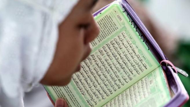Estudiantes musulmanas leen el Corán durante la primera jornada del Ramadán en una escuela musulmana Medán (Indonesia).