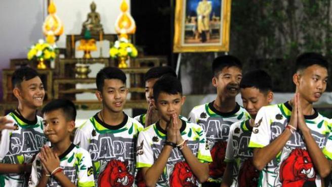 Primera aparición pública de los niños rescatados de la cueva de Tailandia.