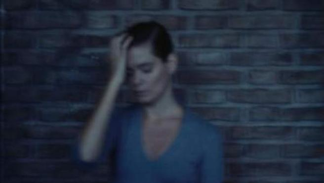 Imagen de archivo de una mujer con síntomas de mareo.