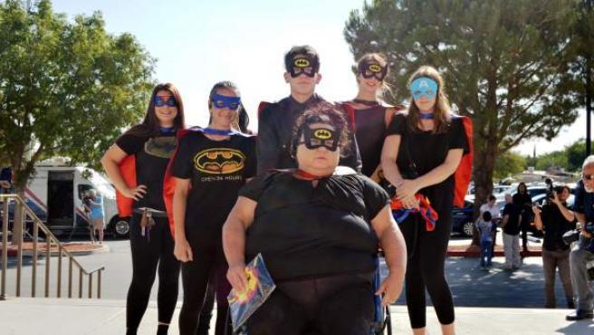 Amigos de la familia del niño Anthony Ávalos fallecido por maltrato posan vestidos como superhéroes al salir del funeral del menor.