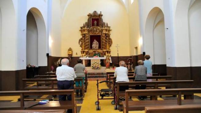 El padre Pedro Escriche celebra misa en Alpeñés