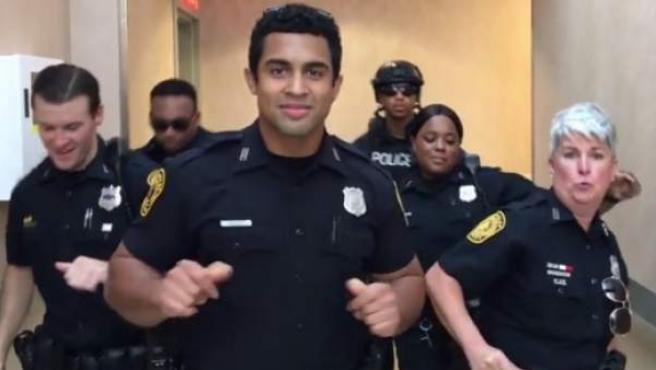 Captura del vídeo viral de los policías bailando 'Uptown funk'