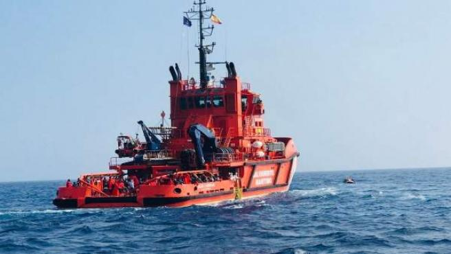 Embarcación de Salvamento Marítimo con personas rescatadas
