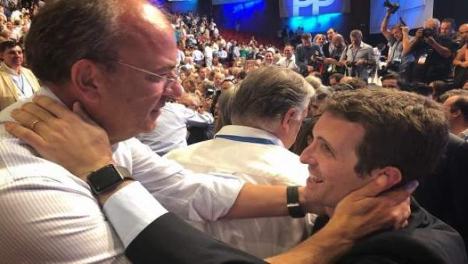 Monago y Casado se abrazan en el 19 Congreso
