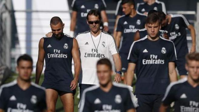 Julen Lopetegui conversa con Karim Benzema durante un entrenamiento del Real Madrid.