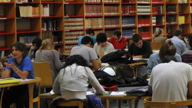 Estudiantes universitarios en la biblioteca de la Universidad de Barcelona.