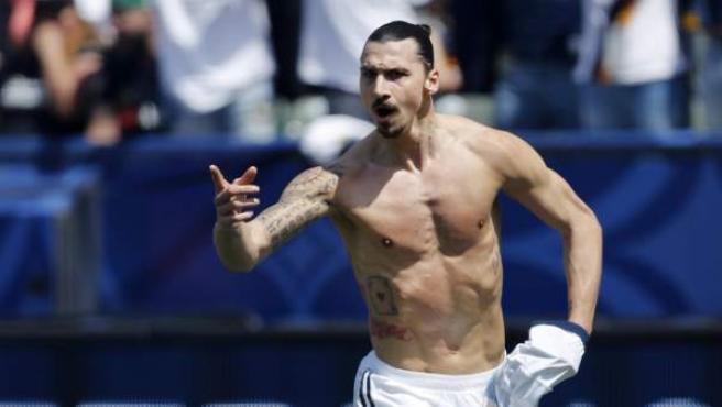 Zlatan Ibrahimovic celebra un gol con los Galaxy.