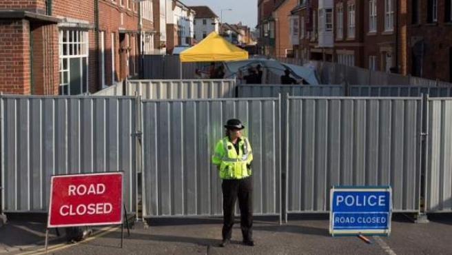 Zona acordonada por la policía junto a la casa donde Charlie Rowley y Dawn Sturgess fueron encontrados inconscientes tras haber estado expuestos a un agente nervioso, en Amesbury (Reino Unido).