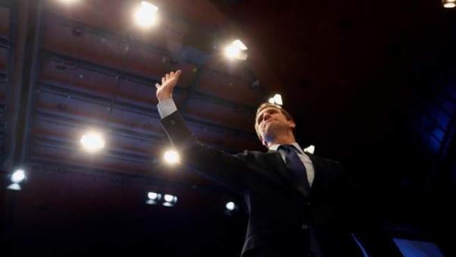 Pablo Casado saluda tras su elección como nuevo presidente del PP, en el XIX Congreso Nacional del partido.