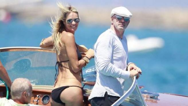 La modelo Elle MacPherson disfruta de unos días de vacaciones en la playa.