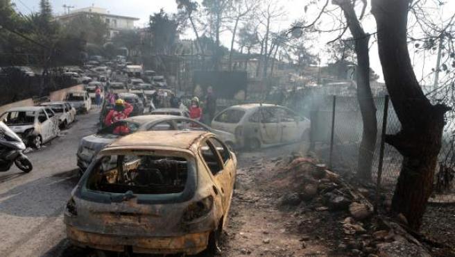 Varios coches calcinados tras el incendio registrado en Argyra Akti, cerca de Nea Makri, en Attica (Grecia).