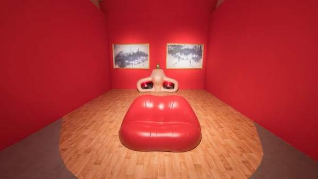En la exposición se recrea la famosa 'Sala Mae West' ideada por Salvador Dalí, que permite verse a uno mismo dentro de la cara de la actriz mediante un montaje audiovisual.