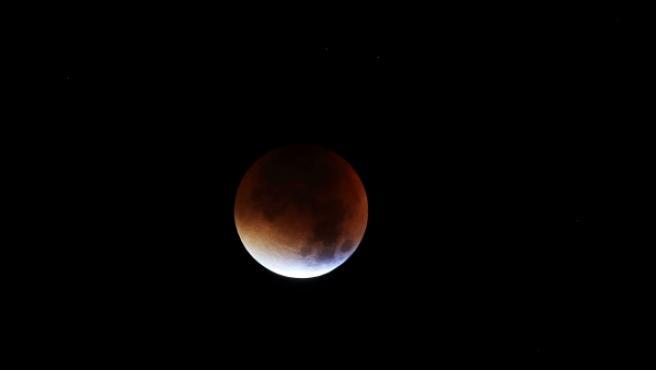 La luna cubriendo la plata de sangre en un eclipse en septiembre de 2015 .