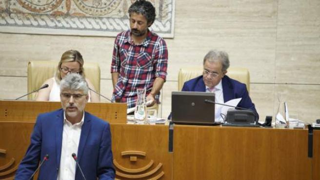 El portavoz socialista interviene en el Pleno de la Asamblea de Extremadura.