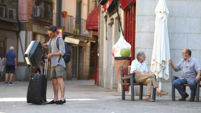 Un turista con maletas en el distrito Centro.