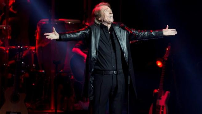 El cantante Raphael durante el concierto ofrecido en el Dolby Theater de Los Ángeles, dentro de su gira Loco por cantar.