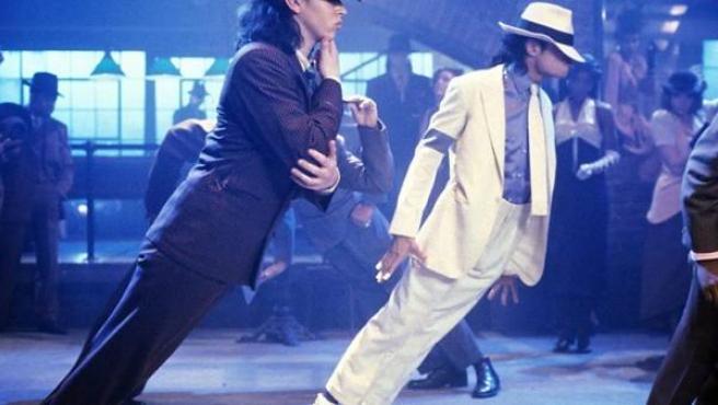 El Rey del Pop, Michael Jackson, haciendo gala de su destreza para bailar en el videoclip de 'Smooth Criminal'.