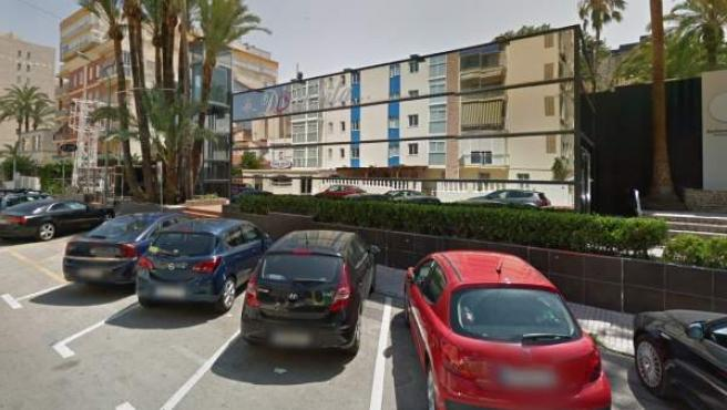 Coches aparcados en el exterior de la discoteca Bacarrá, en Gandía.