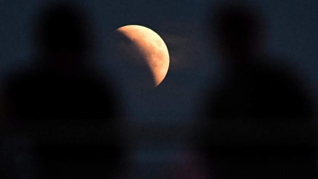 Una imagen del eclipse lunar desde Varsovia (Polonia).