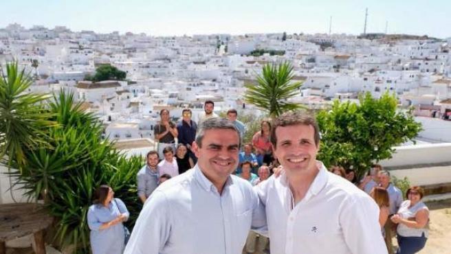 El alcalde de Vejer, José Ortiz, con Pablo Casado