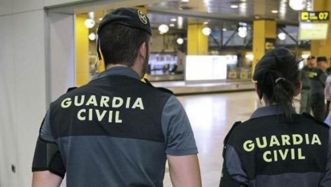 Dos agentes de la Guardia Civil trabajando en un aeropuerto.