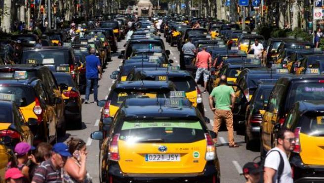Taxistas de Barcelona cortan la Gran Vía en protesta por las licencias VTC.