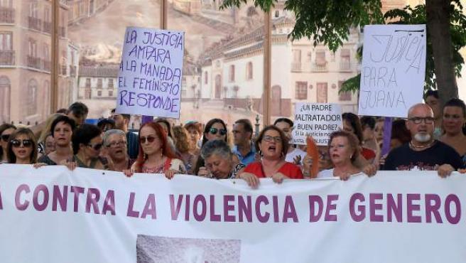 Vecinos de Maracena se concentran para apoyar a Juana Rivas tras su condena.