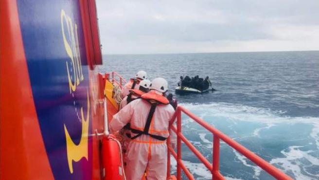 Efectivos de Salvamento en el rescate de migrantes