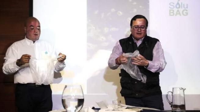 Científicos chilenos crean una bolsa hidrosoluble para acabar con los problemas del plástico .