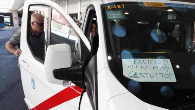 Un taxi realiza servicios mínimos gratuitos para personas con discapacidad y ancianos en el aeropuerto de Barajas tras el anuncio de huelga indefinida.