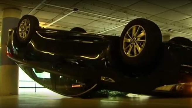 Un coche con licencia VTC destrozado por las protestas de los taxistas en Barcelona.