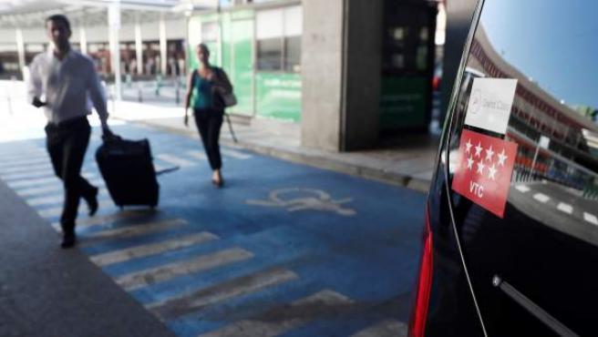 Un vehículo con licencia VTC en el aeropuerto de El Prat.