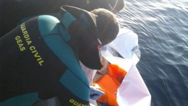 Recuperación de un cadaver en el mar