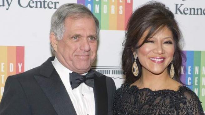 El director ejecutivo de la CBS, Leslie Moonves, junto a una presentadora de la cadena.