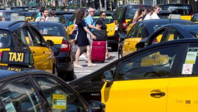 Los taxistas de Barcelona colapsan el centro de la ciudad después de varios días en huelga.