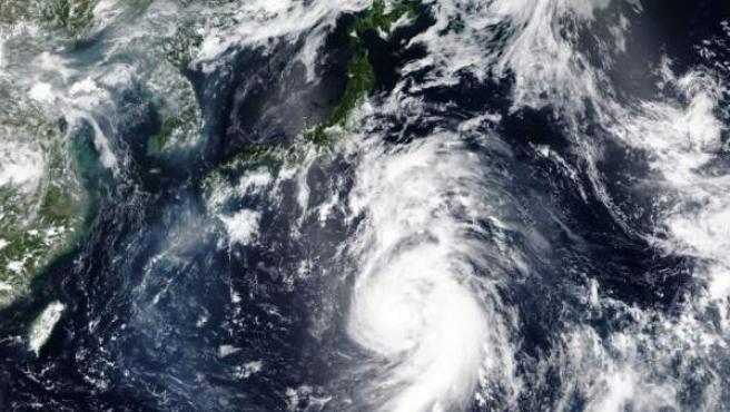 El tifón Jongdari se acerca a las costas de Japón.