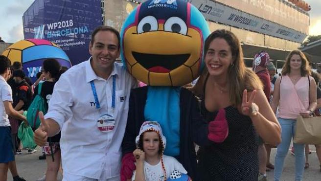 Carla, la niña cuya admiración por el waterpolo ha robado el corazón a la jugadora de la selección española Maica García.