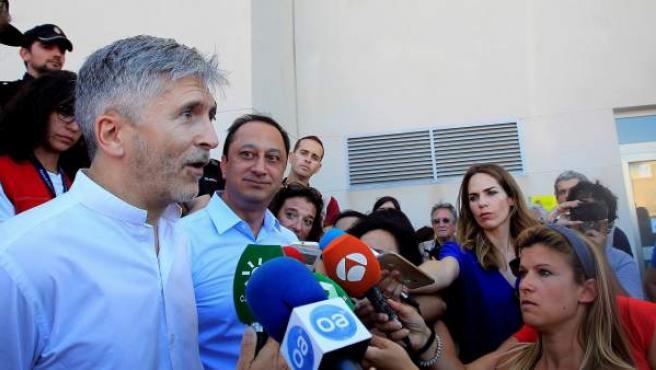 El ministro del Interior, Fernando Grande Marlaska, atiende a la prensa en Algeciras (Cádiz).